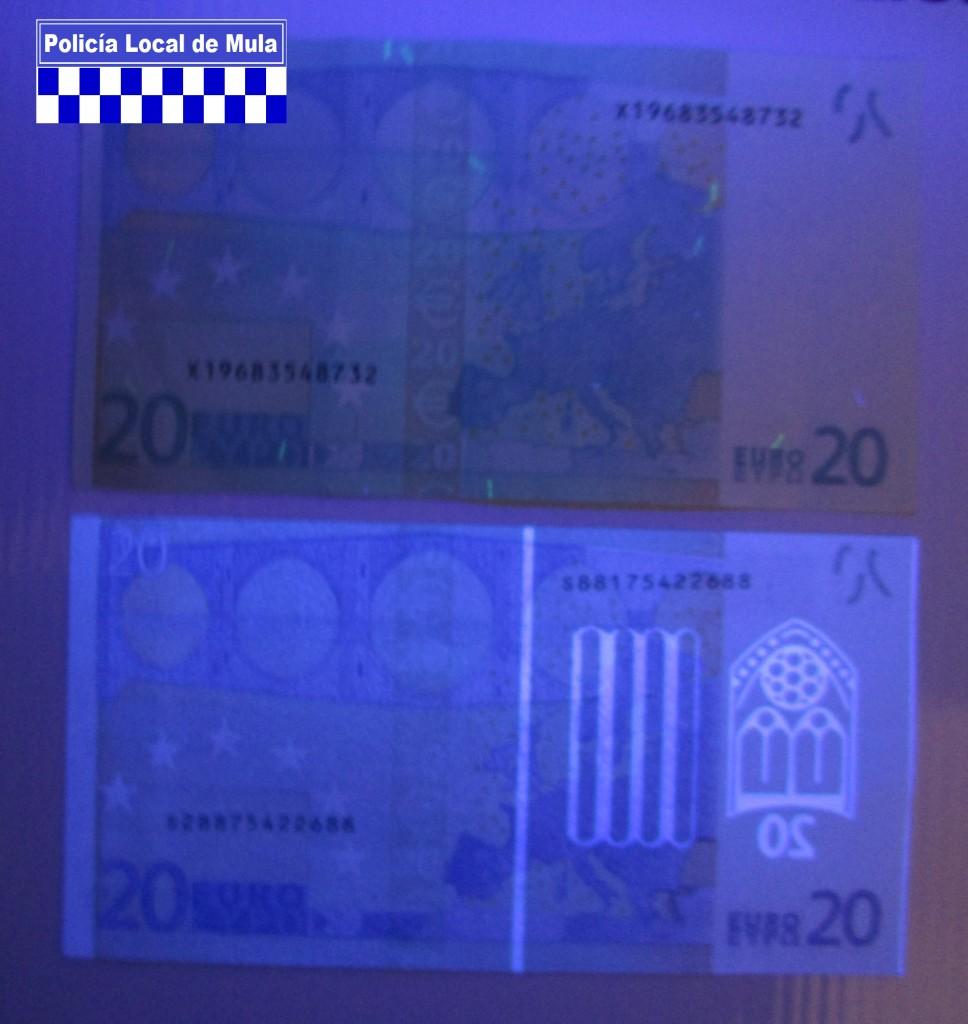 Detalle del billete falso (abajo) con luz ultravioleta_